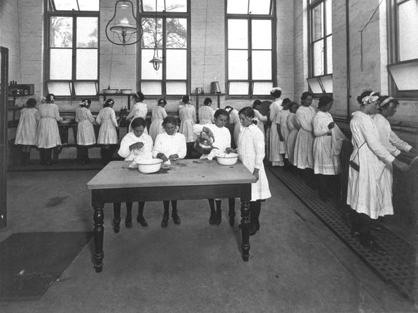 Junior laundry class, 1915